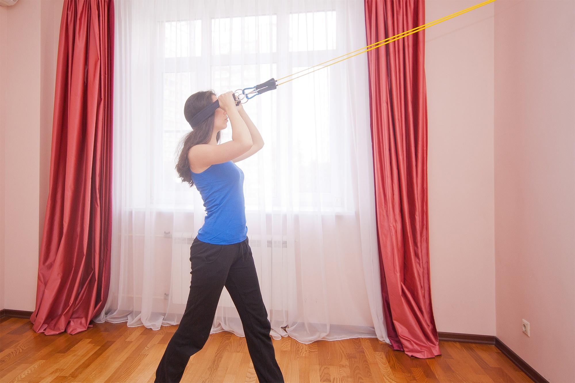 Упражнение с эспандером для шеи. Удержание головы в вертикальном положении