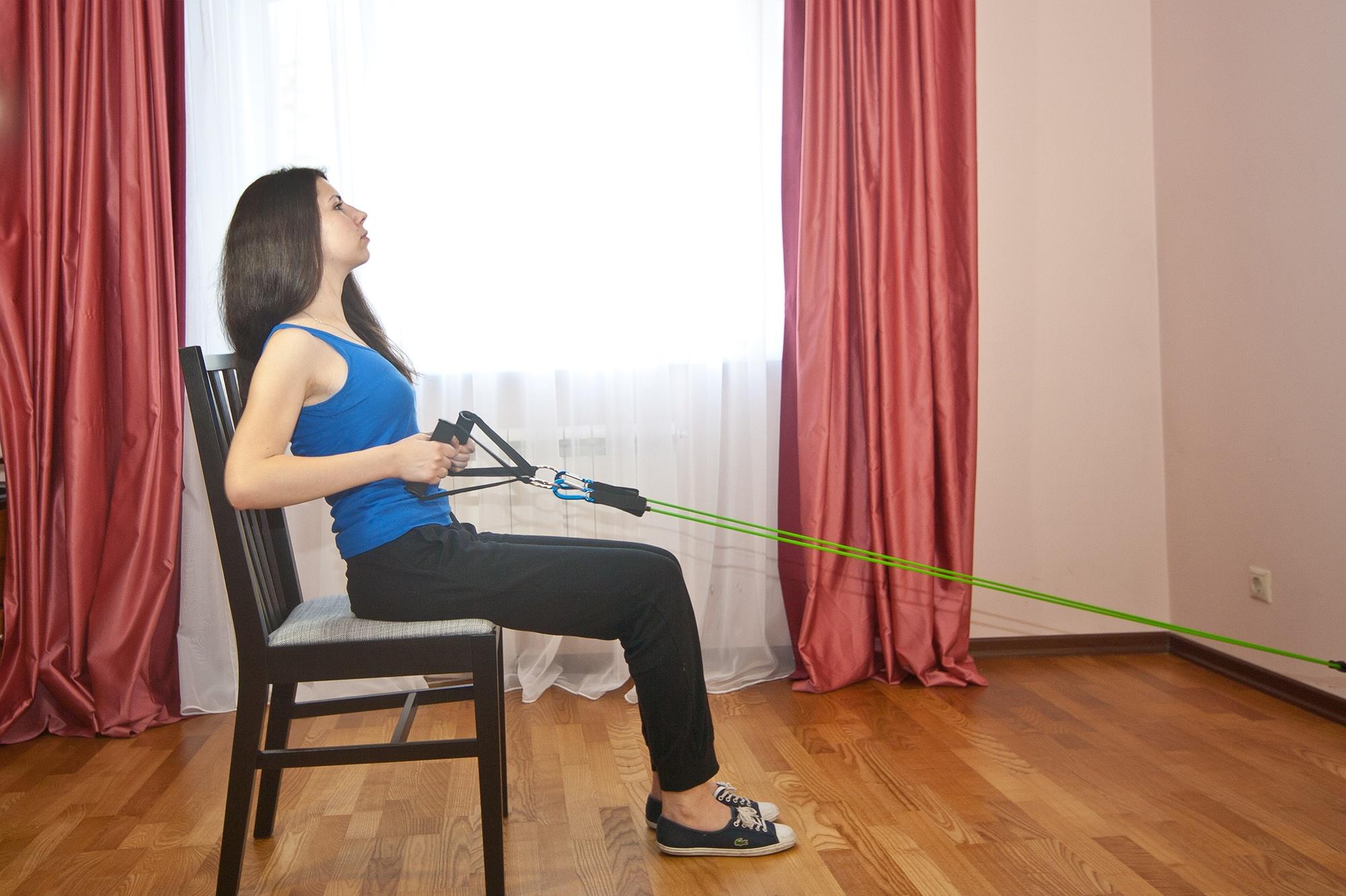 Упражнение с эспандером для мышц спины и груди. Тяга эспандера из положения сидя на стуле. Широчайшие мышцы спины (нижняя часть).