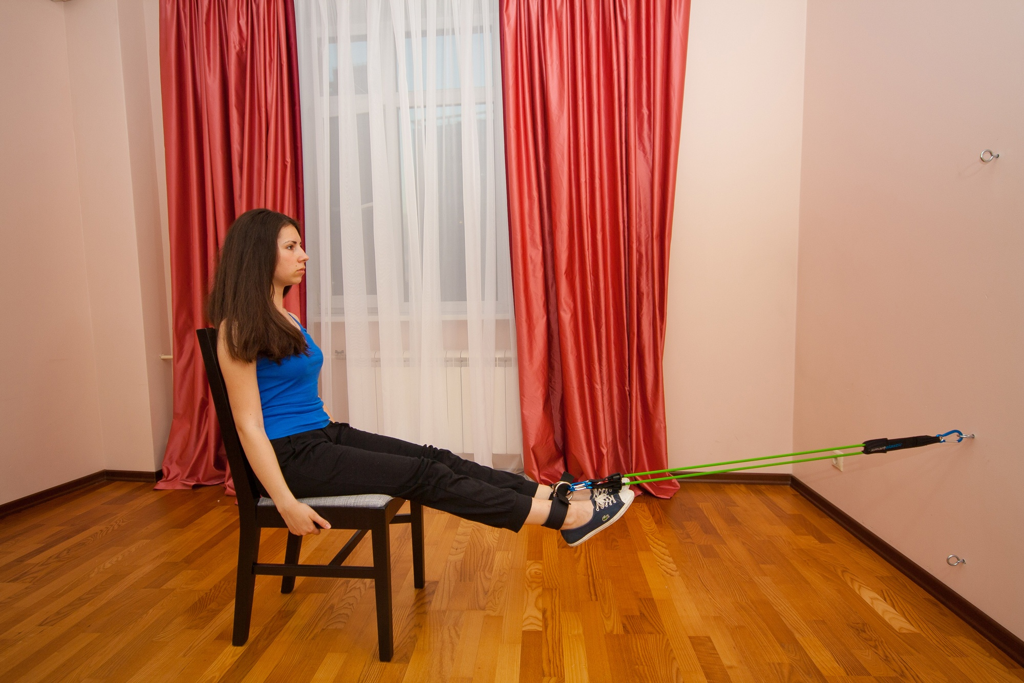 Упражнение с эспандером для ног. Сгибание ног в положении сидя. Задние мышцы бедра (бицепс бедра). Икроножные мышцы.