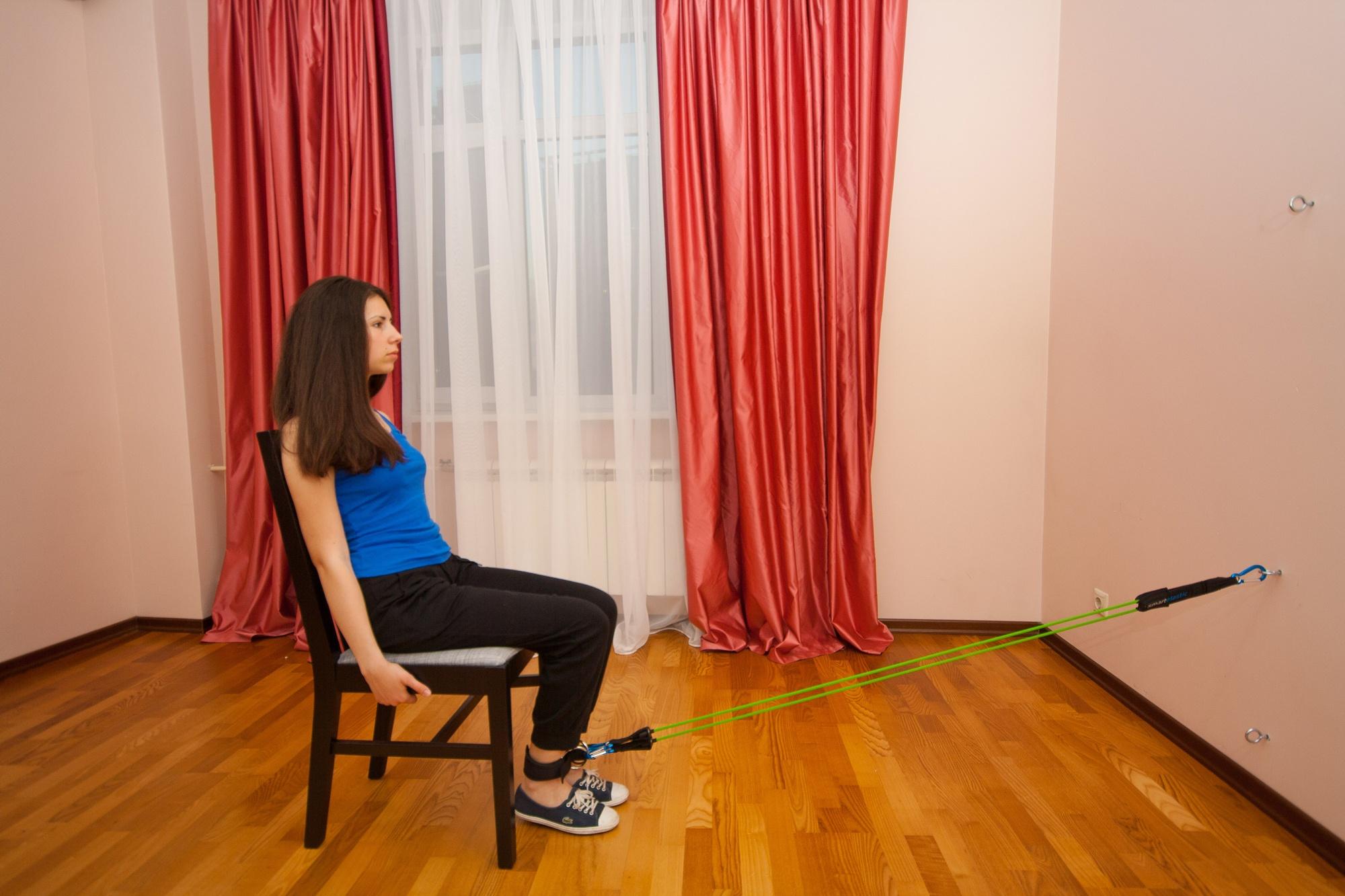 Упражнение с эспандером для ног. Сгибание ног в положении сидя