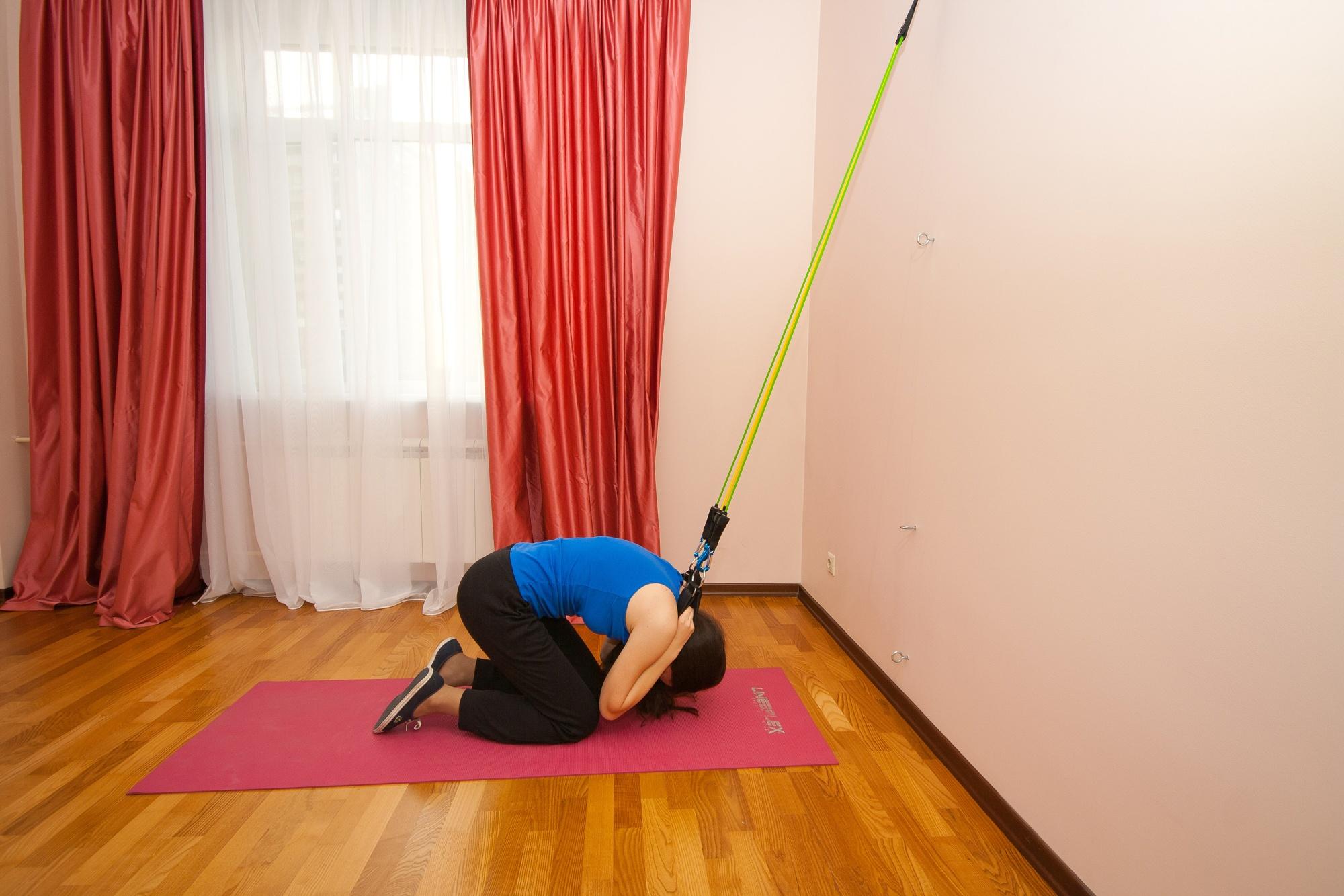 Упражнение с эспандером для мышц пресса и поясницы. Скручивания. Верхняя часть пресса и косые мышцы живота.